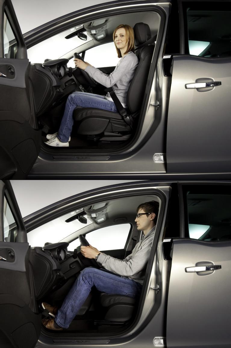 Wer seinen Rücken bei einer langen Autofahrt schonen möchte, sollte auch auf die richtige Sitzposition achten.