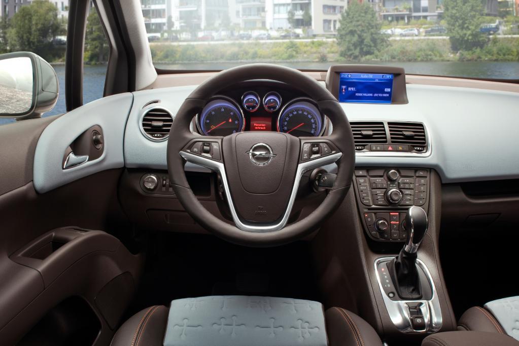 Auch im Innenraum steht Nutzwert im Vordergrund, ohne dass der Rüsselsheimer Van dabei billig wirkt. Die optionalen Ergonomiesitze sind absolut langstreckentauglich.