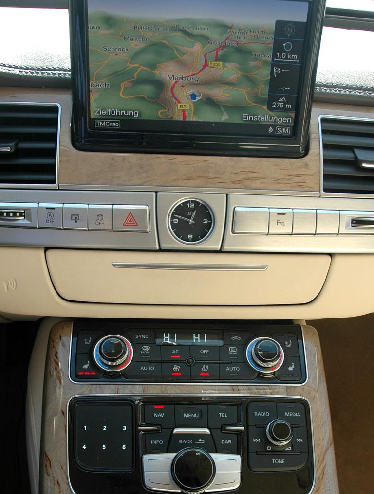 Audi A8: Blick auf den mittleren Armaturenträger.
