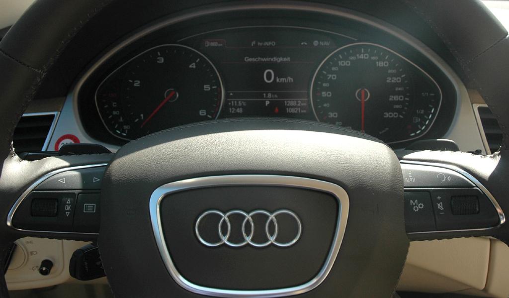 Audi A8: Blick durch den Lenkradkranz auf die Rundinstrumentierung.