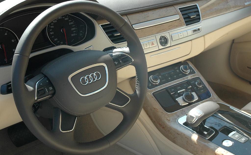 Audi A8: Blick ins sportlich-noble Cockpit des Oberklasse-Modells.
