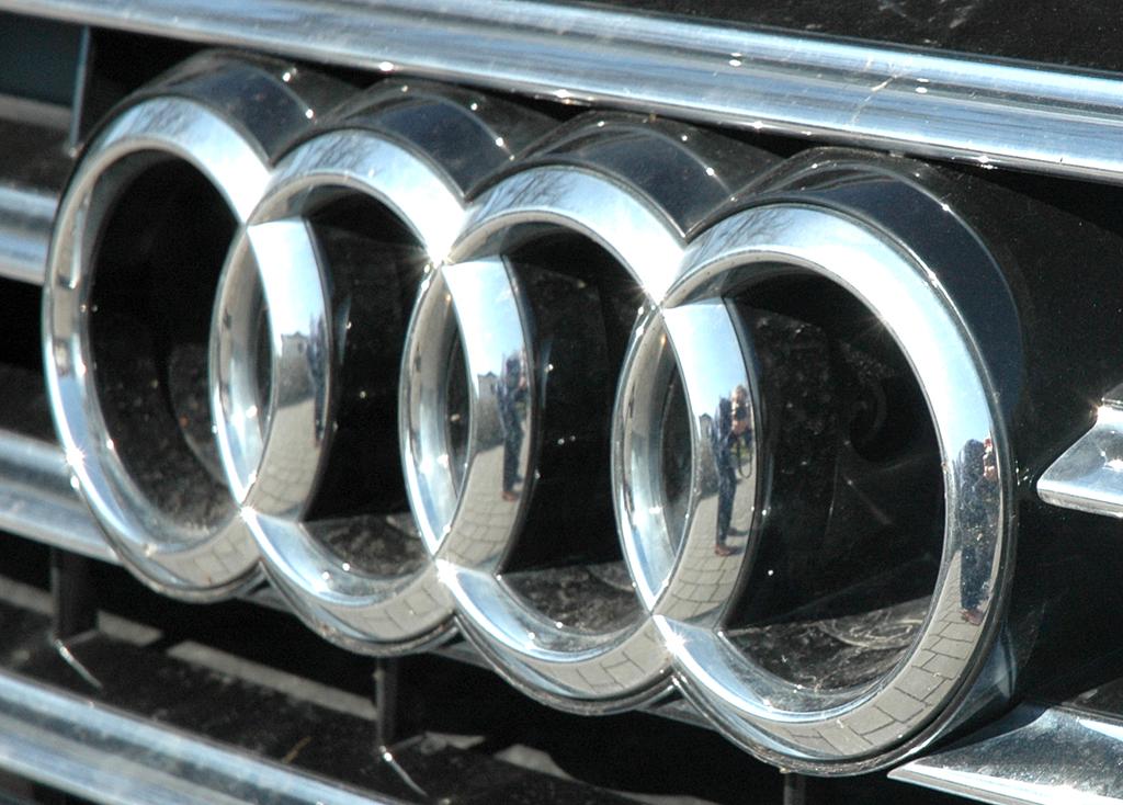 Audi A8: Die vier Markenringe sitzen vorn im großen Kühlergrill.