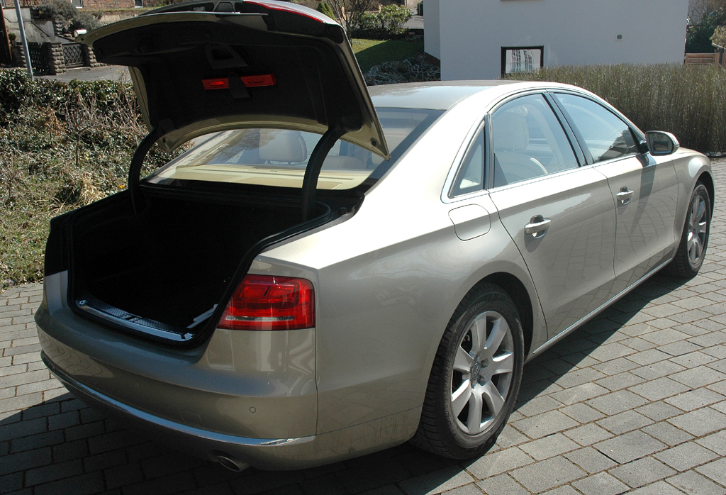 Audi A8: Ins Gepäckabteil passen vier große Koffer oder Golfbags hinein.