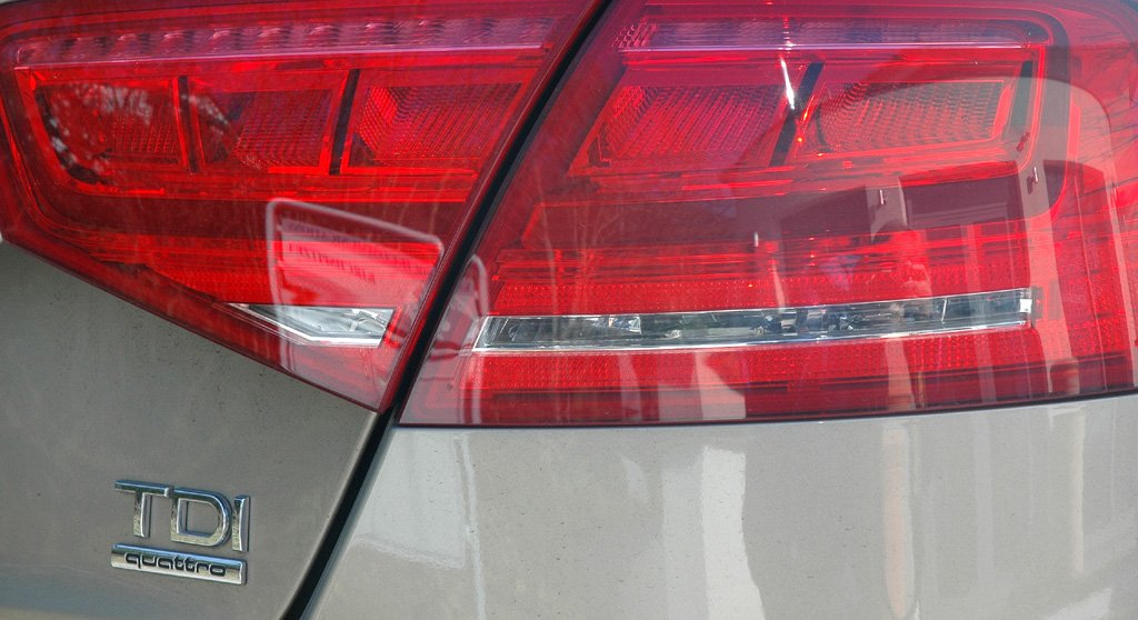 Audi A8: Moderne Leuchteinheit hinten mit Motorisierungsschriftzug.