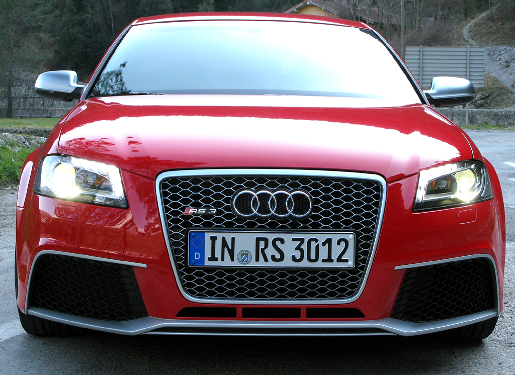 Audi RS3 Sportback: Blick auf die Frontpartie mit dem typischen wuchtigen Kühlergrill.