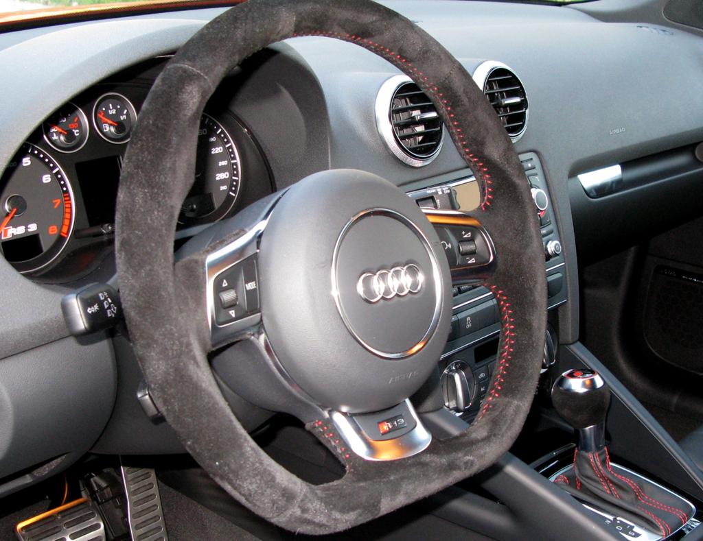 Audi RS3 Sportback: Blick ins Cockpit mit dem unten abgeflachten Sportlederlenkrad.