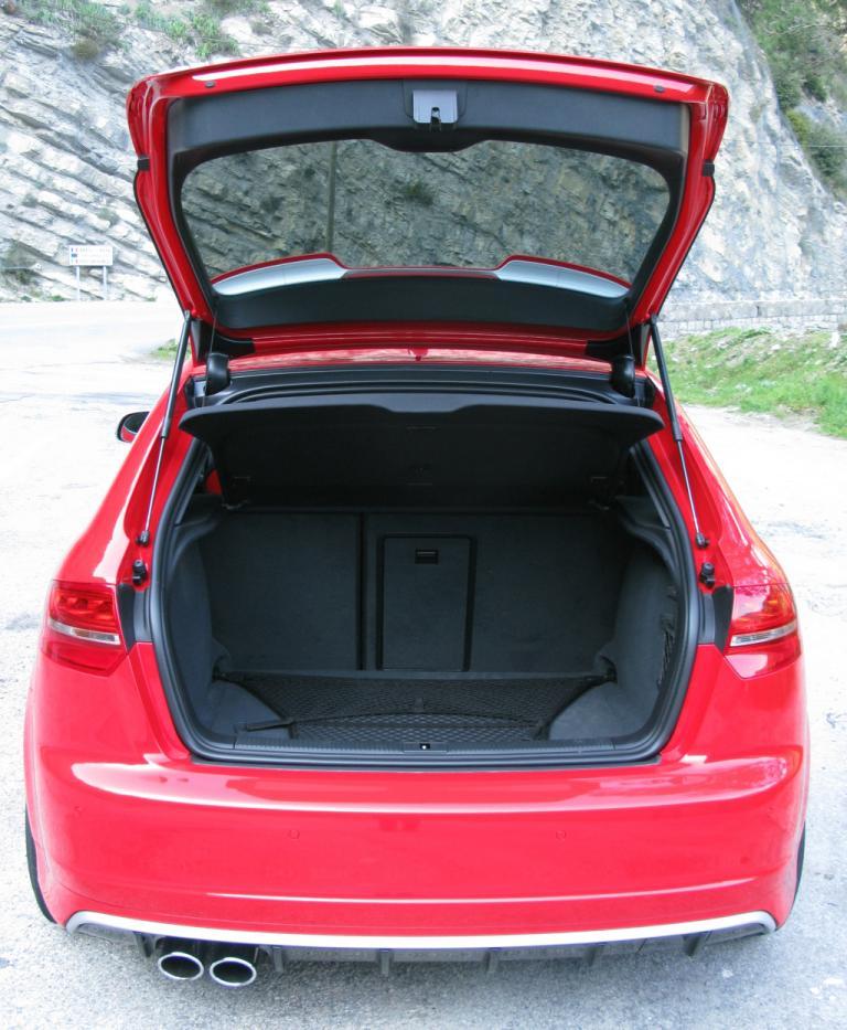 Audi RS3 Sportback: Ins Gepäckabteil passen 302 bis 1032 Liter hinein.