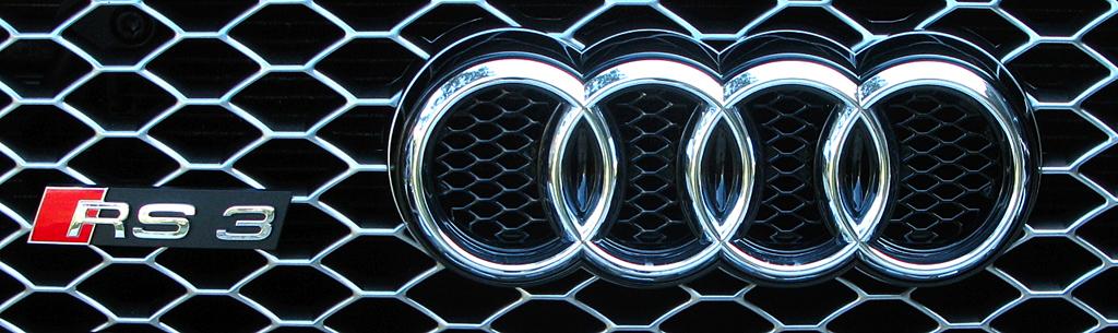Audi RS3 Sportback: Markenringe und Modellschriftzug sitzen im wabenförmigen Kühlergrill-Gitter.