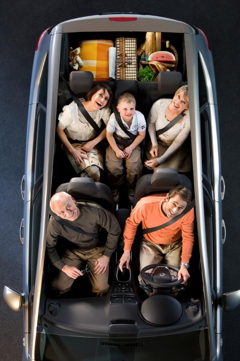 Bei voller Platzausnutzung passen vier Erwachsene und ein Kind in den Meriva. Im Kofferraum bleibt dann ausreichend Platz für das Nötigste.