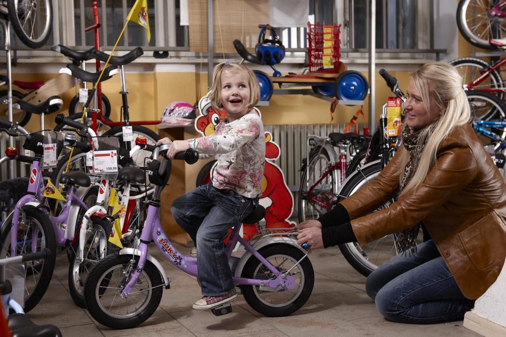 Beim Fahrradkauf für den Nachwuchs sollte das Kind mit dabei sein.