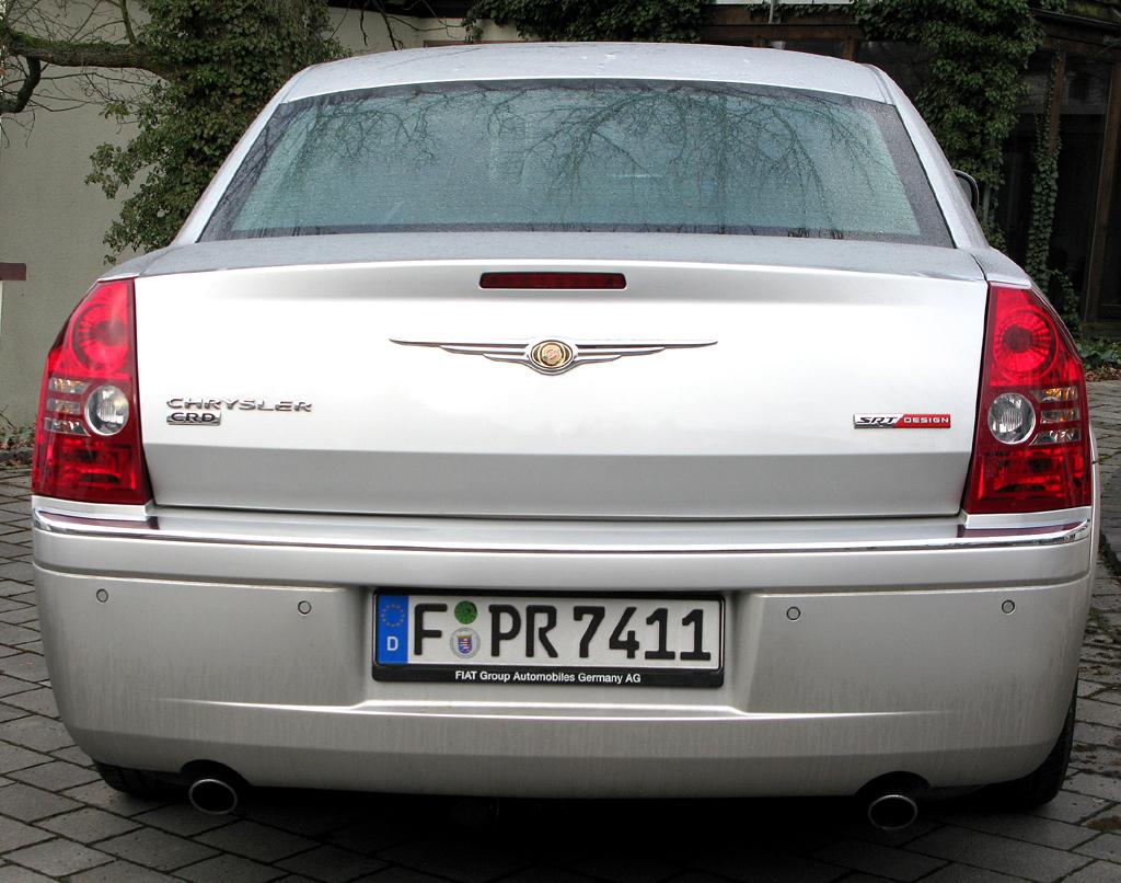 Chrysler 300C: Blick auf das im Gegensatz zur Front weniger kraftvoll wirkende Heck.