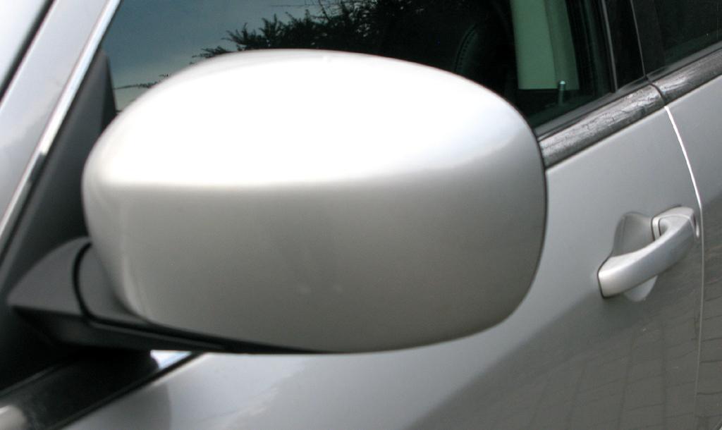 Chrysler 300C: Blick auf den Außenspiegel auf der Fahrerseite.
