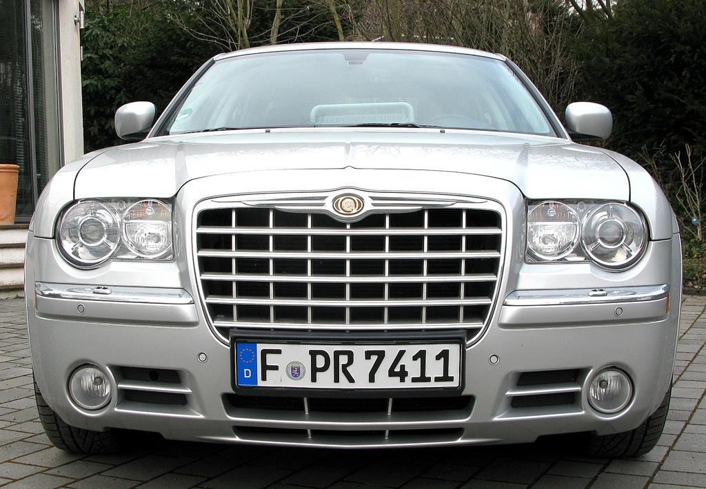 Chrysler 300C: Blick auf die Frontpartie des obere Mittelklasse-Wagens mit wuchtigem Kühlergrill.