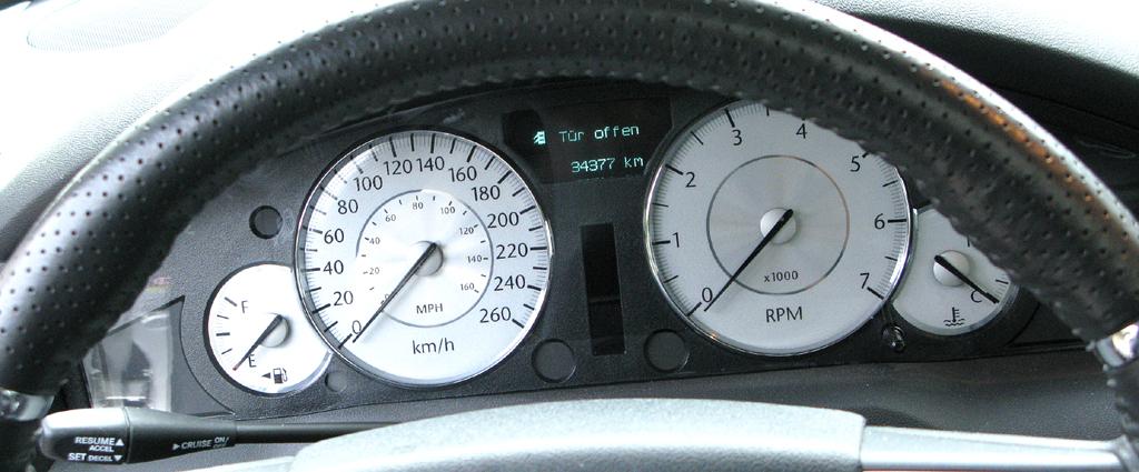 Chrysler 300C: Blick durch den Lenkradkranz auf die Rundinstrumentierung.