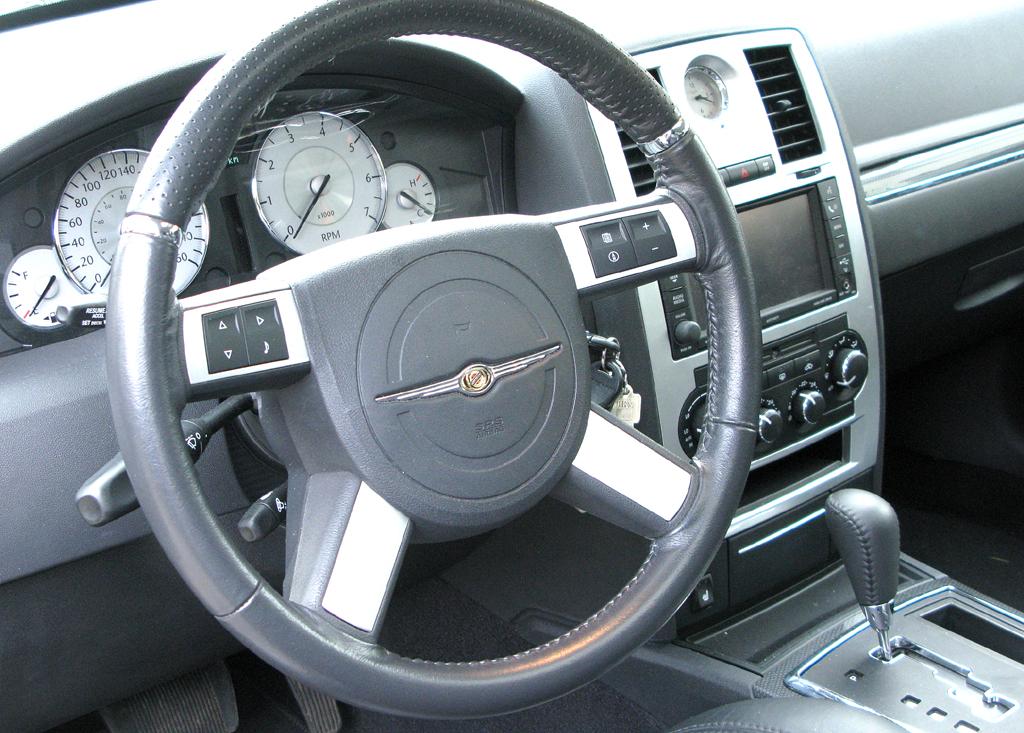 Chrysler 300C: Blick ins Cockpit mit dem ziemlich groß geratenen Lenkrad.
