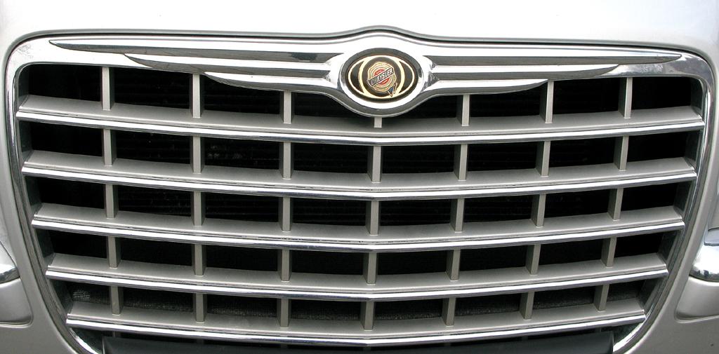 Chrysler 300C: Die Markenspange sitzt vorn am oberen Rand des Kühlergrills.