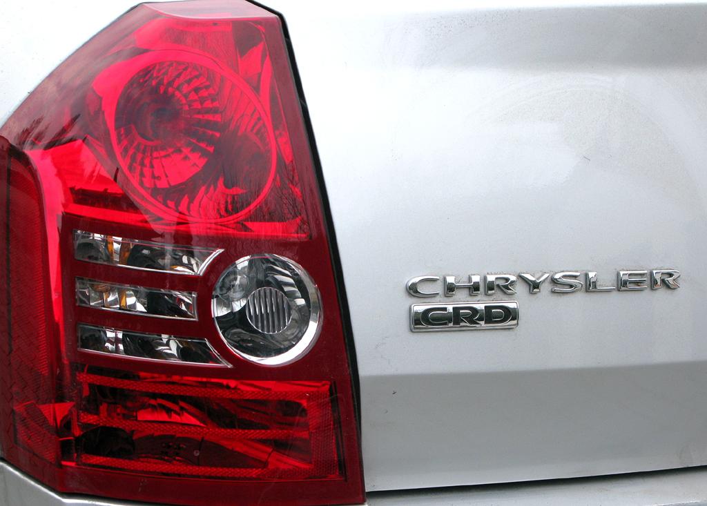 Chrysler 300C: Großflächige Leuchteinheit hinten mit Marken- und Motorisierungsschriftzug.