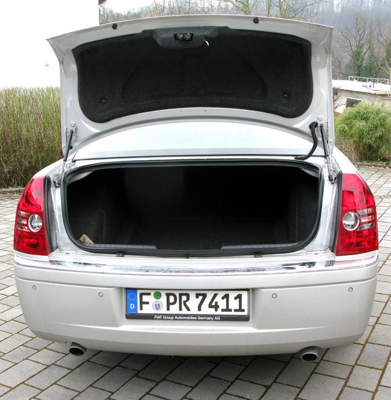 Chrysler 300C: Ins Gepäckabteil passen 442 Liter hinein, die Rücksitzlehnen sind geteilt umklappbar.