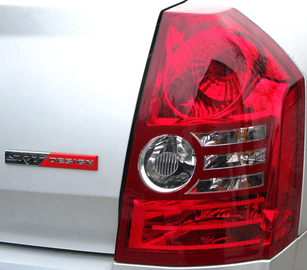 Chrysler 300C: Leuchteinheit hinten mit Hinweis auf SRT-Designpaket.