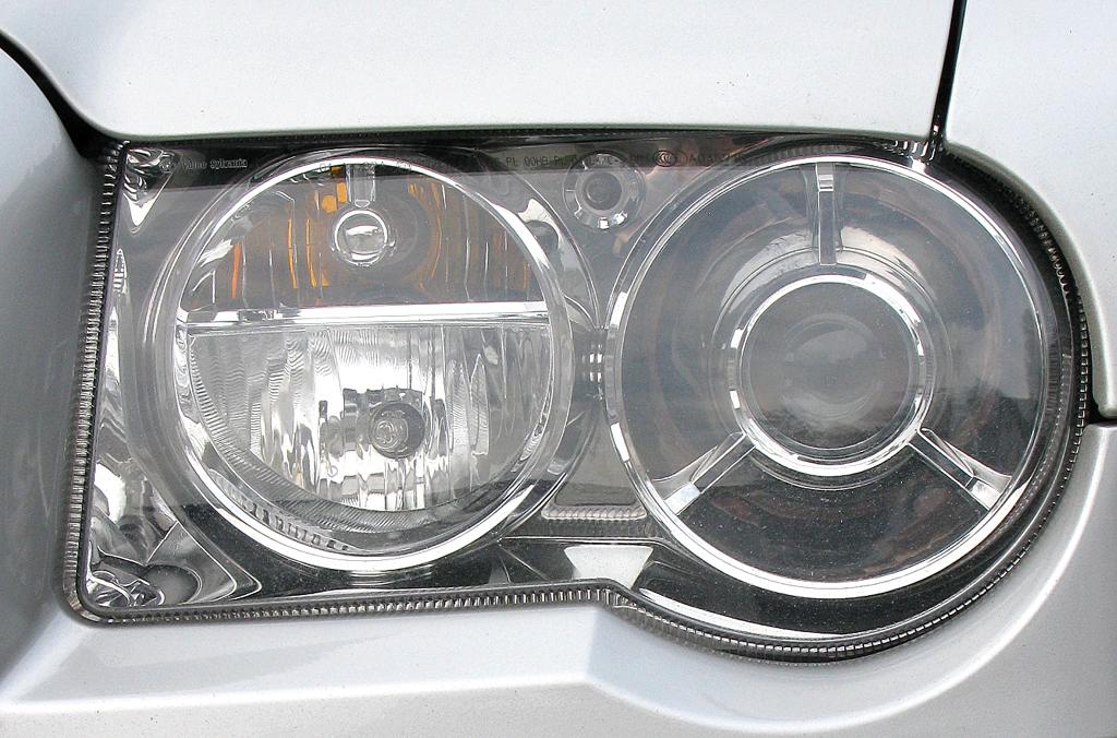 Chrysler 300C: Moderne Rundleuchteneinheit vorn.