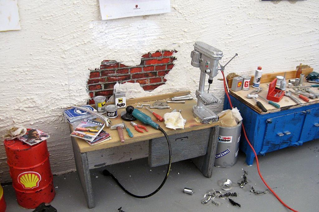 Das Werkzeug liegt auf der Bank zum Schrauben bereit