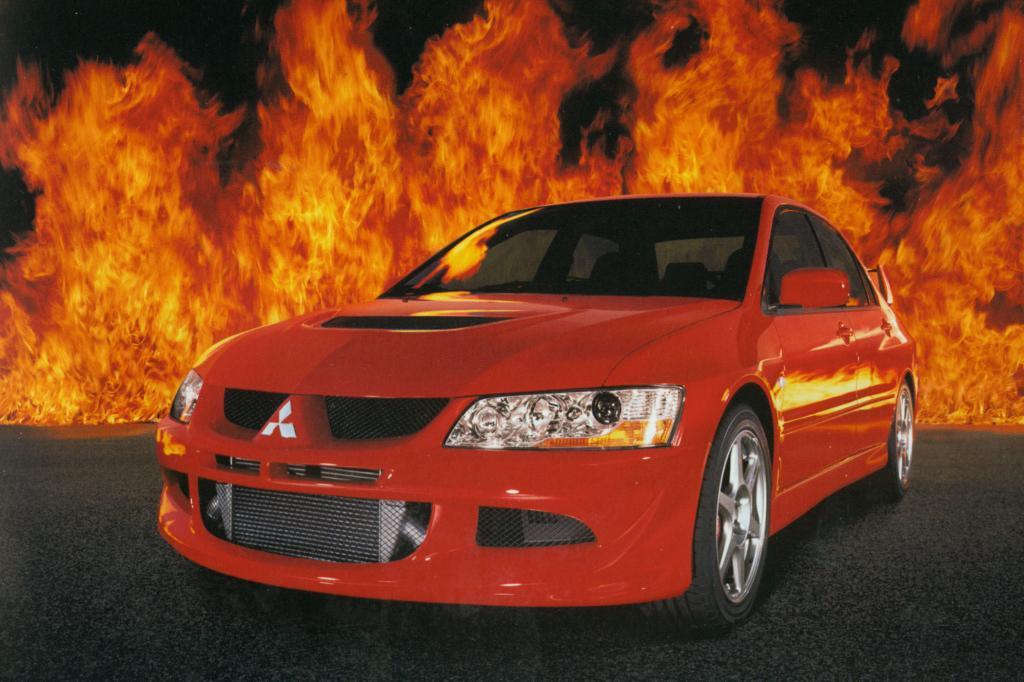 Der Lancer Evo 2005 mit schicken Flammen im Hintergrund