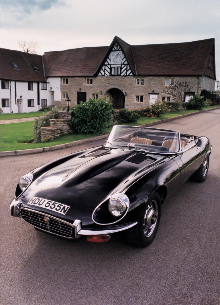 James Bond vs Austin Power: Aston Martin DB 5 of Jaguar E