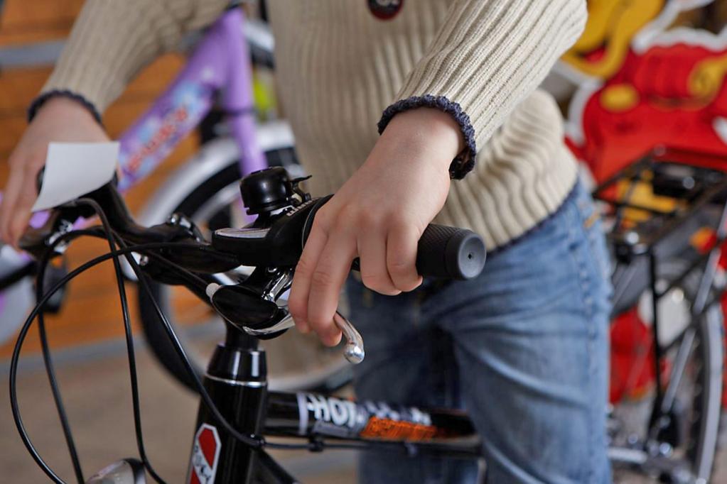 Die Kinderhand muss die Handbremse problemlos erreichen können, ohne den Lenker los zu lassen.