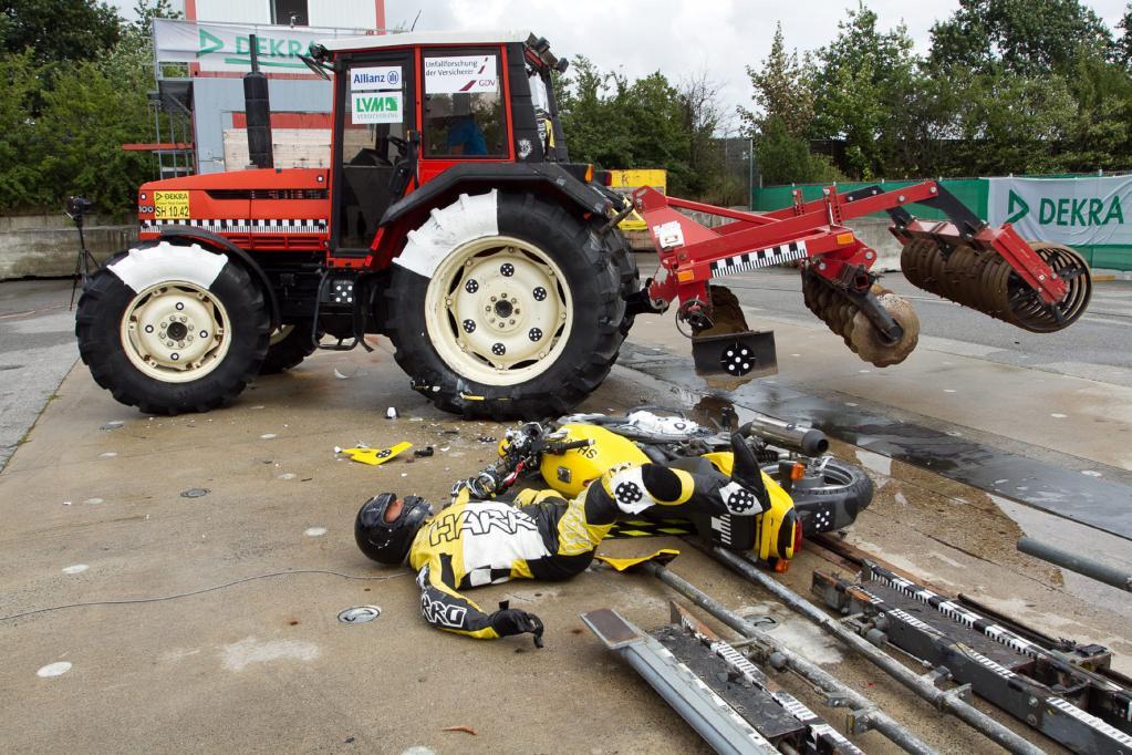 Ein Video auf Youtube zeigt, was passiert, wenn ein Biker mit 70 km/h auf einen Traktor prallt.