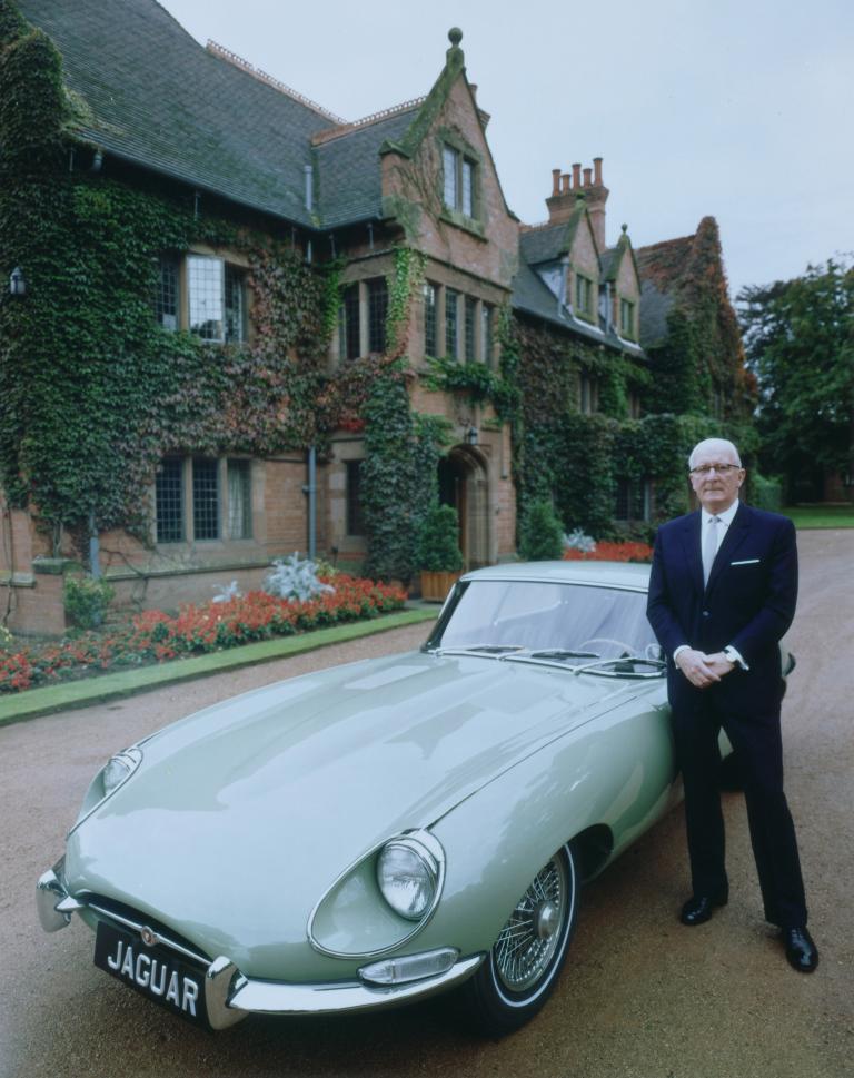 Firmengründer Sir William Lyons mit einem Jaguar E-Type.