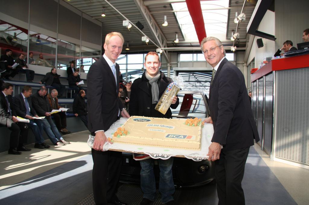 Ford-Verkaufsdirektor Wolfgang Kopplin übergab den Focus RS 500 in Anwesenheit von BCA-Geschäftsführer Peter Dietrich (rechts) an Jan A. Klein, Geschäftsführer des Ford- Autohauses Autopark Borken.