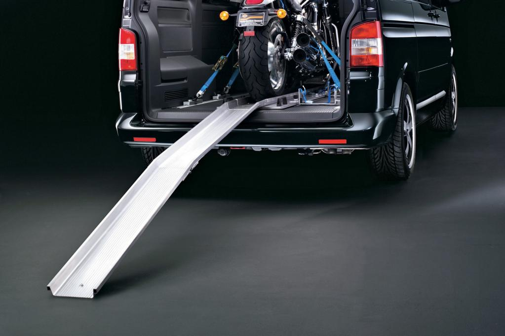 Im Multivan kann sogar ein Motorrad transportiert werden, vorausgesetzt man hat das richtige Zubehör.