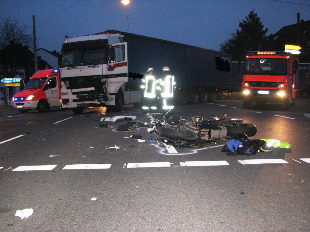Im nordrhein-westfälischen Langenfeld nahm ein Sattelzugfahrer beim Linksabbiegen einem Motorradfahrer die Vorfahrt. Der Biker wurde dabei schwer verletzt und starb wenig später im Krankenhaus.