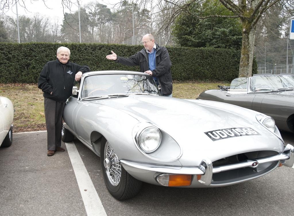 Jaguar E-Type: Klassiker-Fahrt zum goldenen Jubiläum - Katze auf historischer Fährte