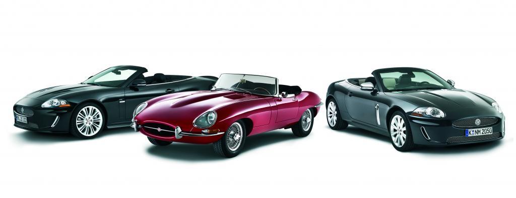 """Jaguar XKR """"Pace"""" (links), Jaguar E-Type und Jaguar XK """"Grace""""."""