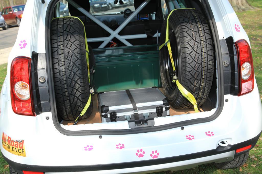 Käfig, Werkzeug und zwei Eratzräder - der Dacia ist spartanisch ausgestattet