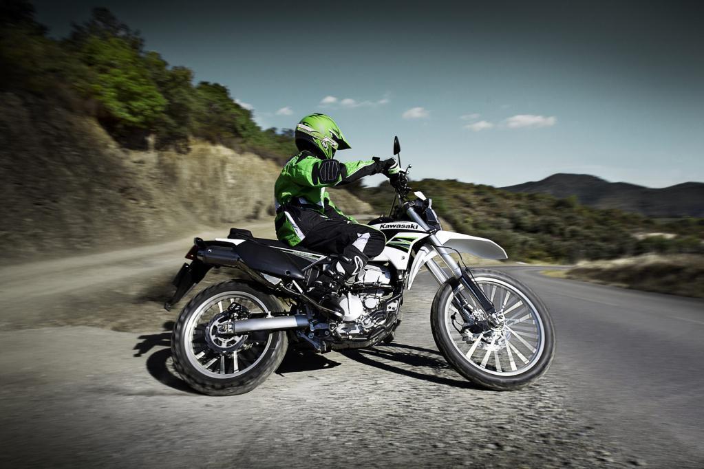 Lädt mit langen Federwegen und niedrigem Gewicht zum Endurowandern ein: die Kawasaki KLX 250R.
