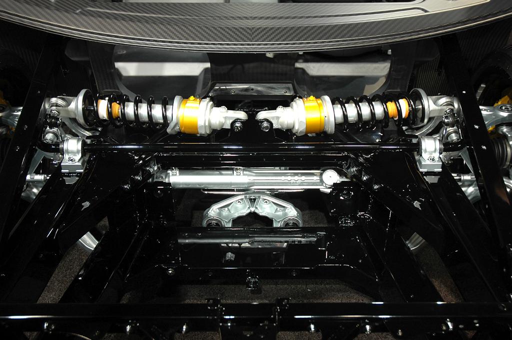Lamborghini Aventador: Blick auf die Aufhängung, hier ebenfalls noch beim Rolling Chassis.