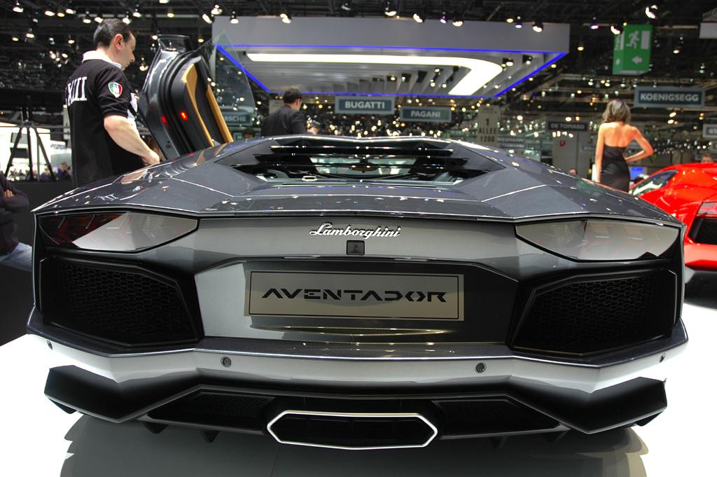Lamborghini Aventador: Blick auf die superbreite Heckpartie des Supersportwagens.