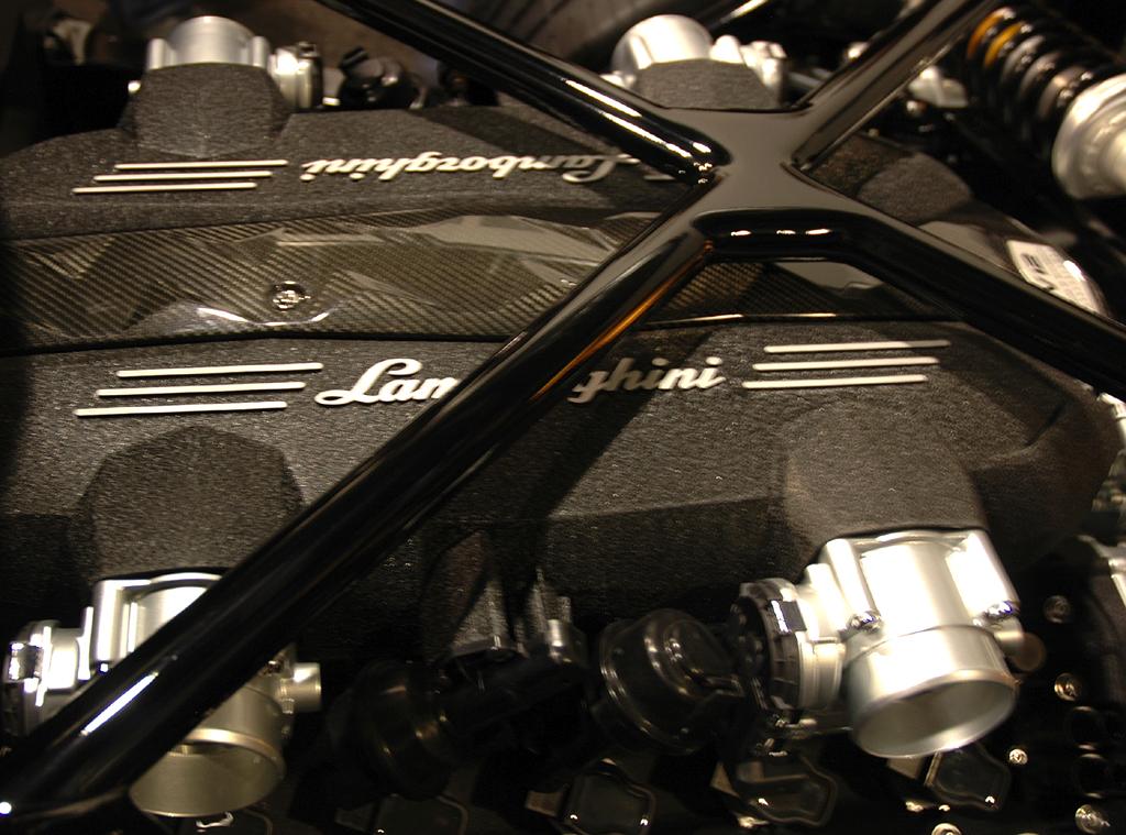 Lamborghini Aventador: Zwölfzylinder-Motorblock, hier noch beim Rolling Chassis.