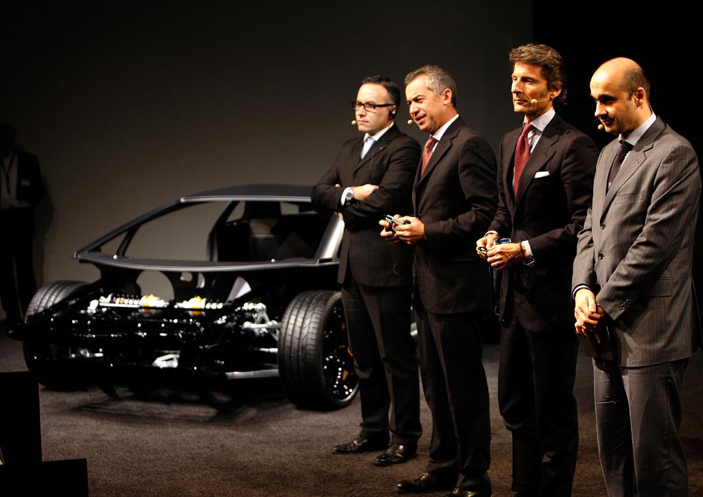 Lamborghini-Chef Stephan Winkelmann (Zweiter von rechts) zusammen mit Kollegen bei der Präsentation des Rolling Chassis für den neuen Zwölfzylinder beim Leichtbau-Techniktag in Sant'Agata.