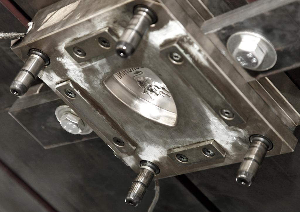 Lamborghini-Leichtbau: Mit diesem Gerät können Kohlefaser-Markenlogos gepresst werden.