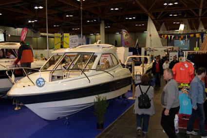 Magdeboot 2011: Größte Yacht der Messe eingekrant