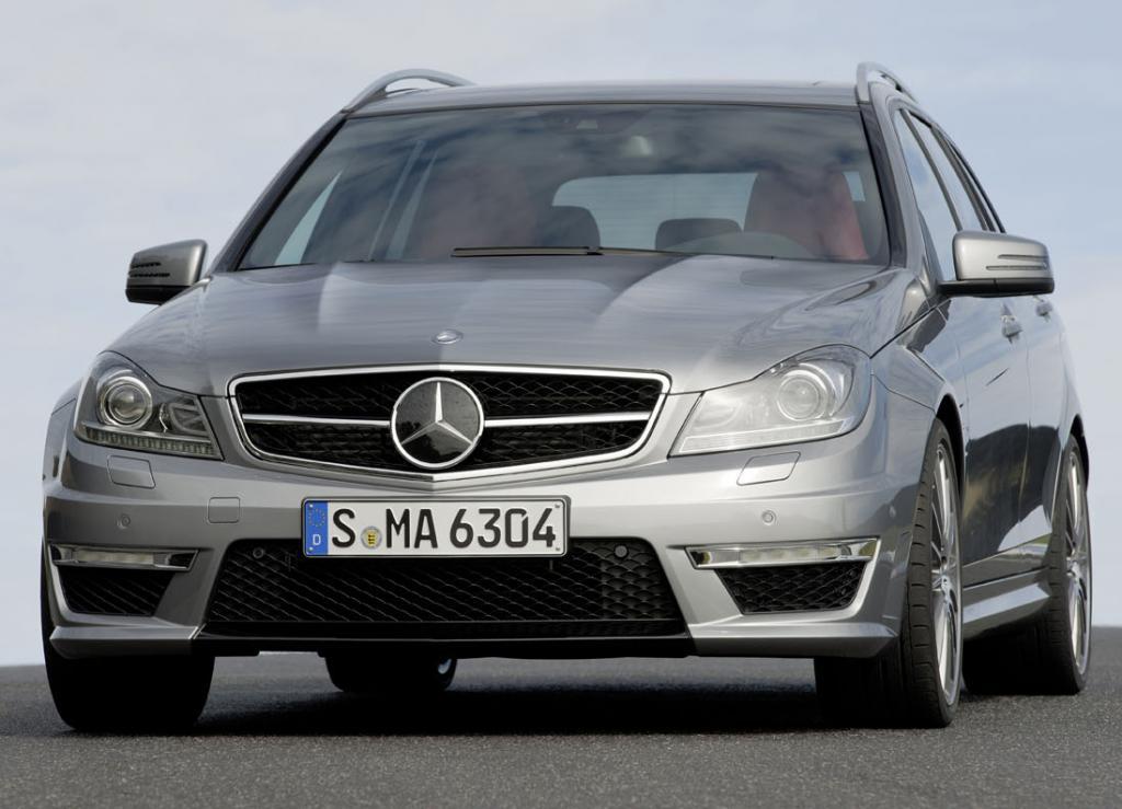 Mercedes C63 AMG: Blick auf die athletischer wirkende Front des Kombi.