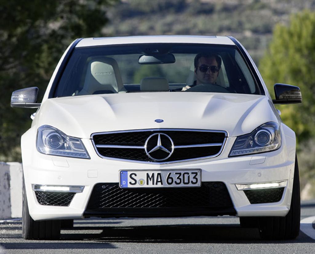 Mercedes C63 AMG: Blick auf die ebenfalls dynamischere Front der Limousine.