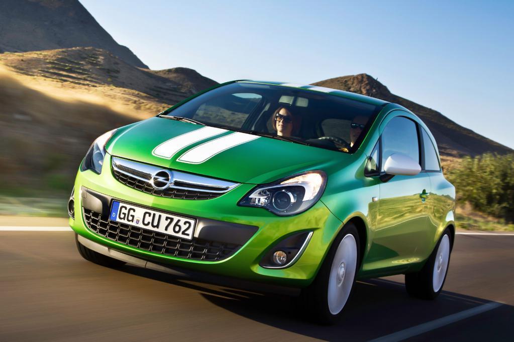 Mit breitem Rallyestreifen auf der Haube kommt der Opel Corsa als