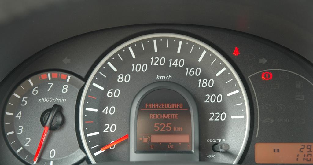 Nissan Micra: Blick durch den Lenkradkranz auf die Rundinstrumentierung.