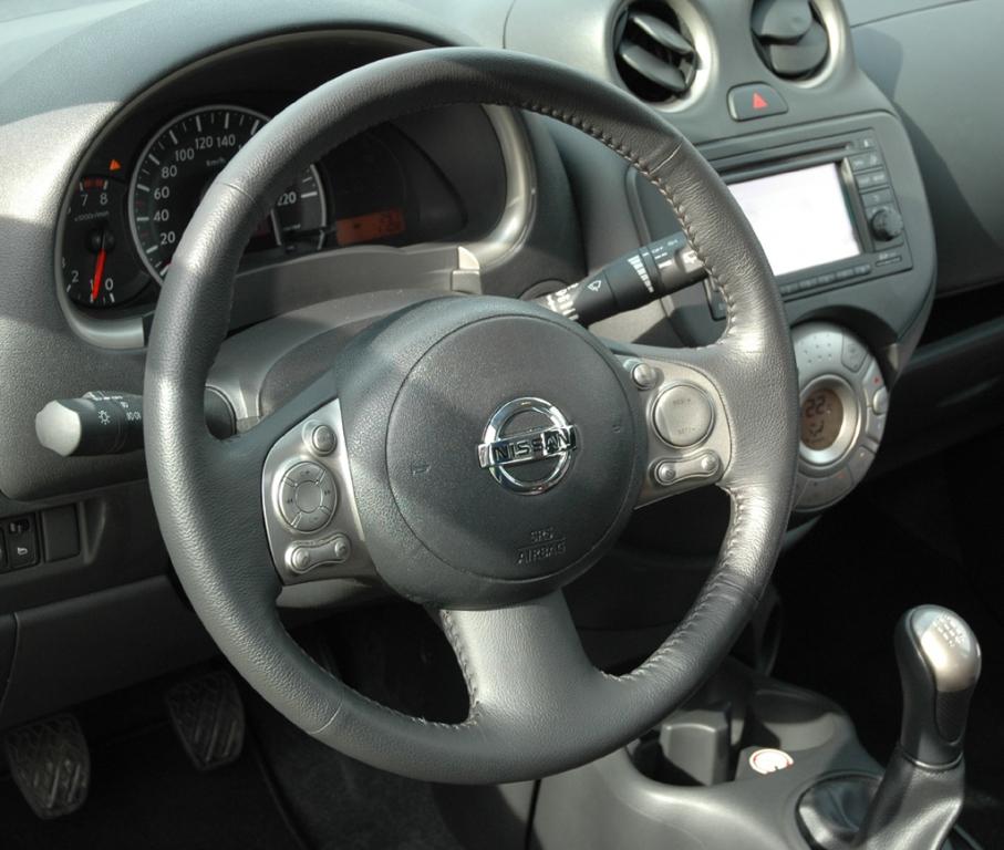 Nissan Micra: Blick ins noch recht übersichtlich gestaltete Cockpit.
