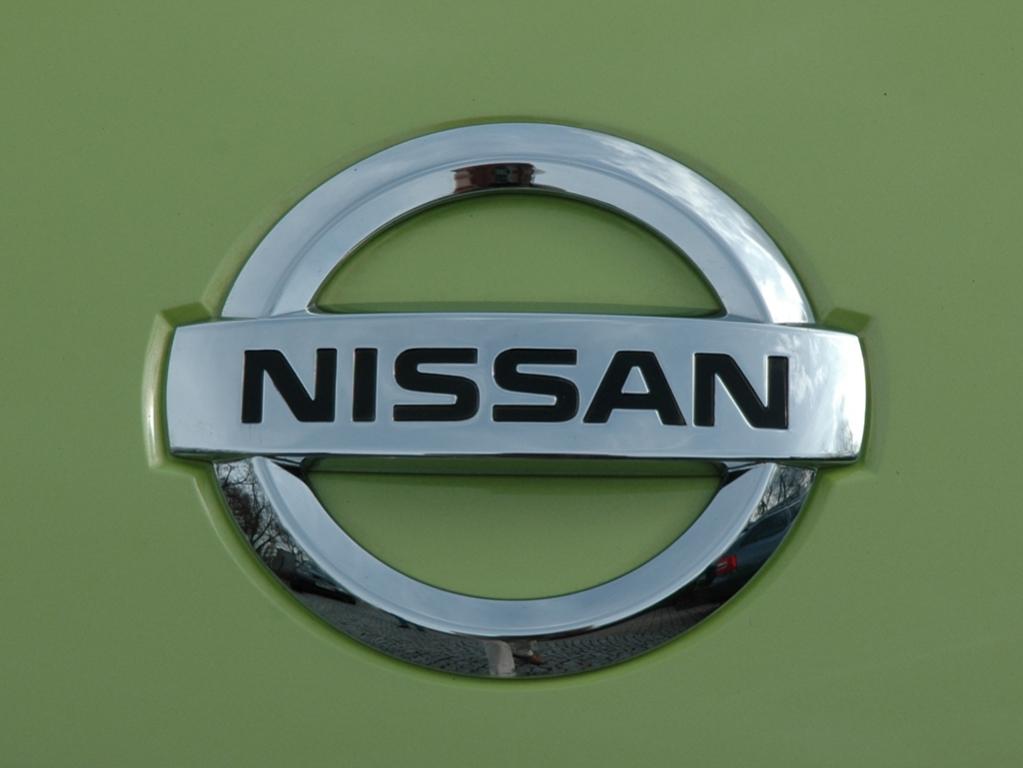Nissan Micra: Das Markenlogo sitzt vorn über dem schmalen Kühlergrill-Streifen.
