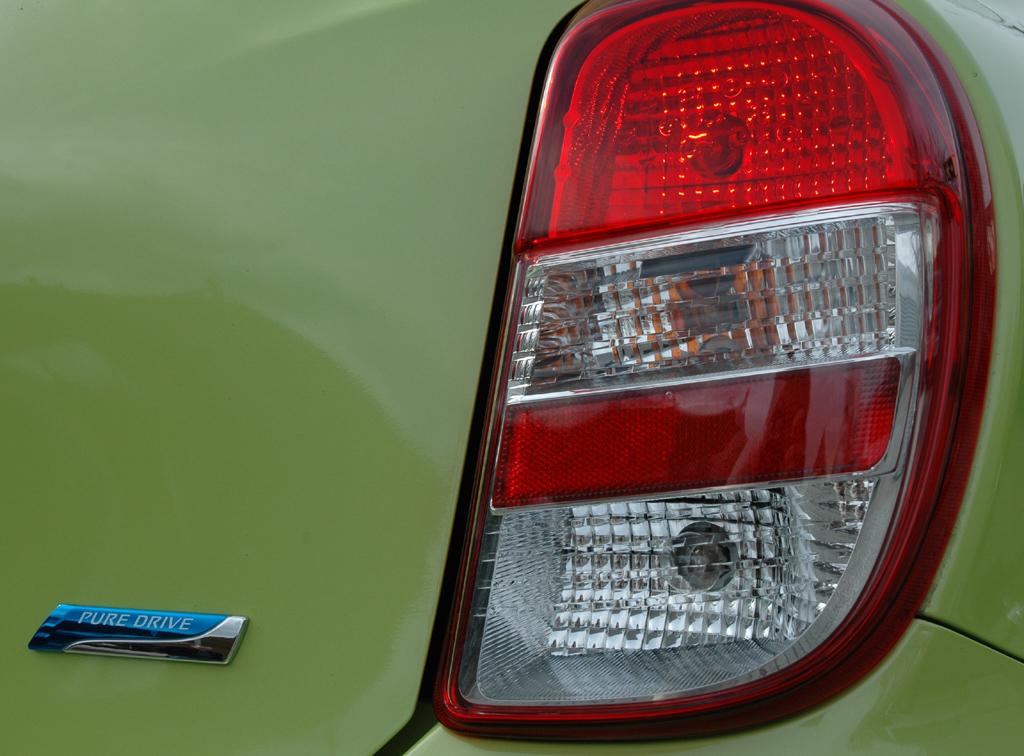 """Nissan Micra: Moderne Leuchteinheit hinten mit """"Pure Drive""""-Schriftzug für effizienteres Fahren."""